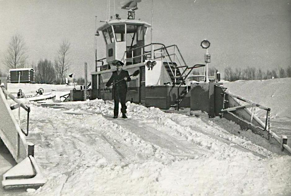 Het Lexkesveer wordt sneeuwvrij gemaakt door veerbaas Lau Spijker in de winter van 1962-1963